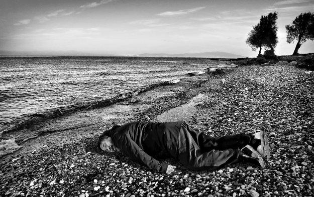 Aj Wej-wej v pozícii malého chlapca, ktorý zahynul na ceste zo Sýrie do bezpečia.