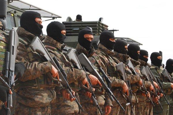 Tuniskí vojaci hliadkujú pri výstavbe obranného valu na hraniciach s Líbyou.