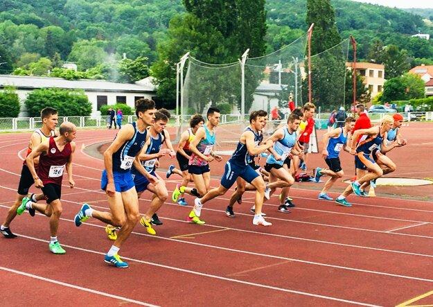 Štart behu mužov na 1500 metrov.