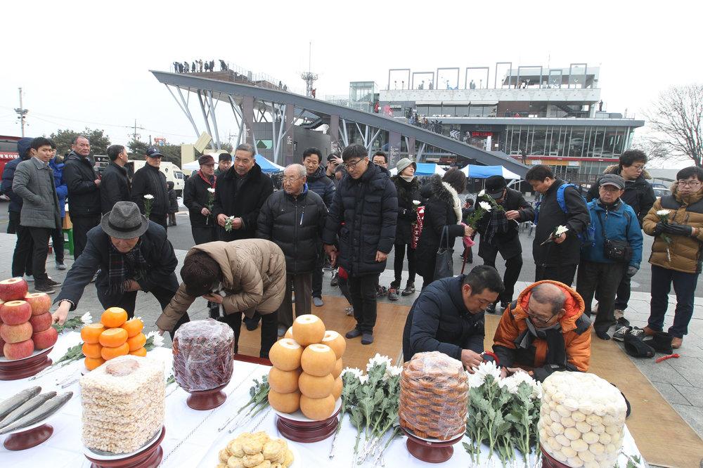 Severokórejskí utečenci vzdávajú hold svojim predkom. SITA/AP