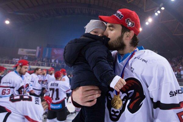 Takto so synom vnáručí oslavoval Vladimír Mihálik pred rokom svoj prvý majstrovský titul. Momentálne ich už má dva.