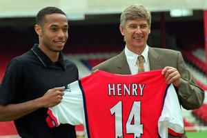 Thierryho Henryho (vľavo) objavil, vychoval a dal mu šancu stať sa svetovou hviezdou práve tréner Arsene Wenger. Na domácej rozlúčke legendárneho kouča však Henry chýbal, čo fanúšikovia ostro kritizujú.