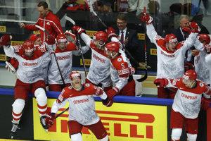 Hokejisti Dánska sa tešia po víťazstve nad Fínskom.