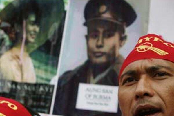 Generál Aung San je otcom barmskej nezávislosti. V jeho odkaze pokračuje dcéra Su Ťij, ktorá stojí na čele opozičného hnutia, ktoré bojuje za demokratizáciu krajiny.