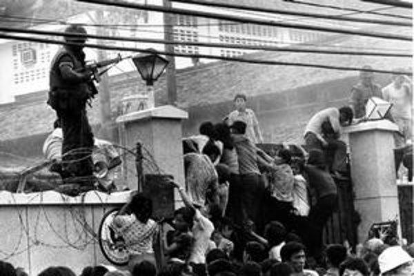 Tesne pred dobytím Saigonu sa Vietnamci snažili dostať do americkej ambasády, odkiaľ odlietali vrtuľníky.