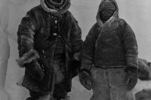 Wegener (vľavo) s Villumsenom v Grónsku.⋌