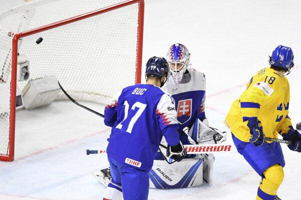 Patrik Rybár inkasuje gól od Švédska.