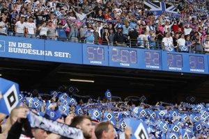 Na snímke sú hodiny, ktoré ukazujú čas, koľko futbalisti Hamburgu nepretržite hrali nemeckú Bundesligu pred zápasom 34. kola.