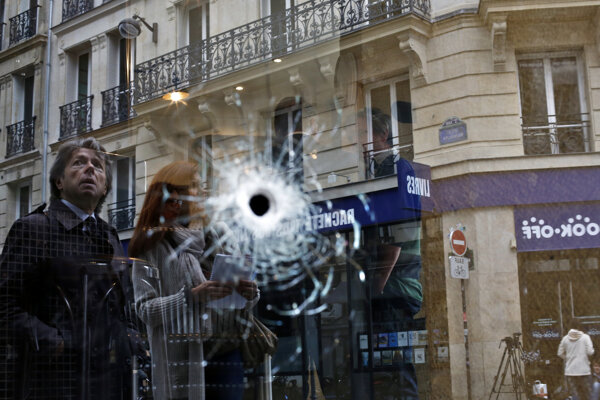 Guľka v okne kaviarne kúsok od miesta, kde v sobotu zabili útočníka.