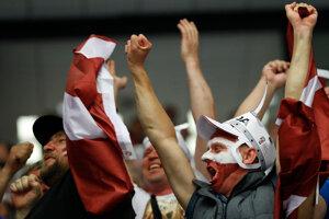 Fanúšikovia Lotyšska oslavujú gól svojho tímu.