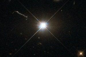 Jasná supermasívna čierna diera, ktorá je doposiaľ najrýchlejšie rastúcim známym objektom vo vesmíre.