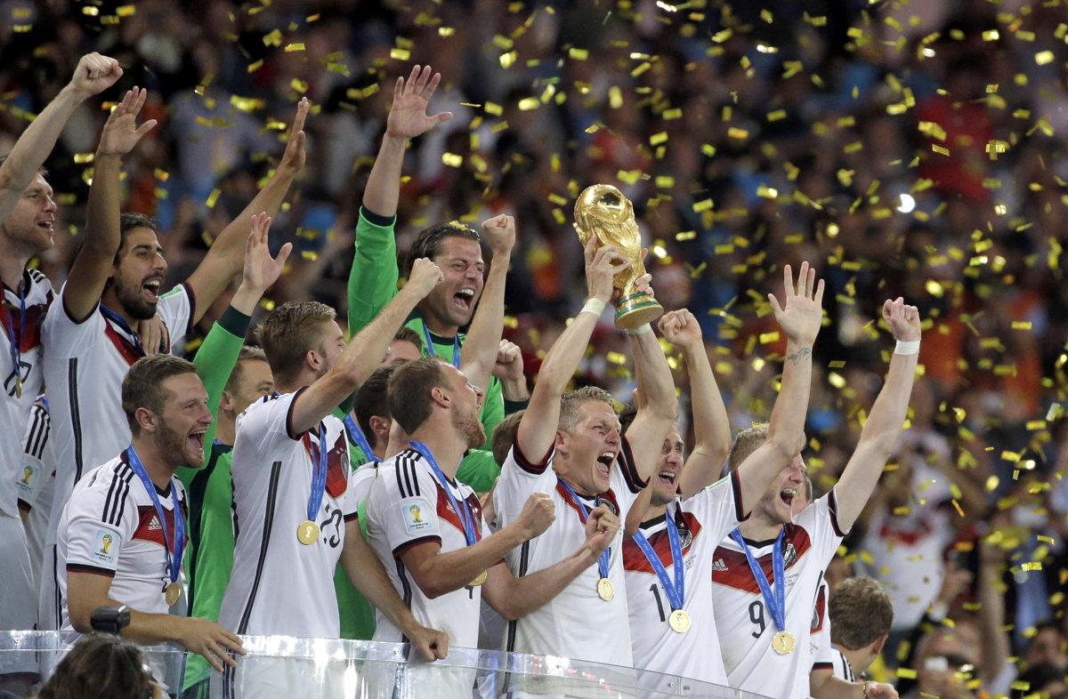 9ee1f42593c2d Futbalisti Nemecka pózujú s trofejou pre majstrov sveta za rok 2014.