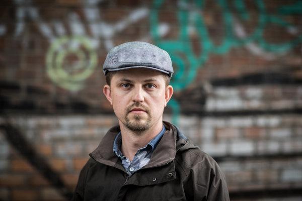 Marek Novotný má 33 rokov, vyštudoval medzinárodné vzťahy vČechách avo Francúzsku. Pracuje ako manažér vzdelávania avedie skupinu EAGLE, ktorá zastrešuje LGBT komunitu vIBM na Slovensku.