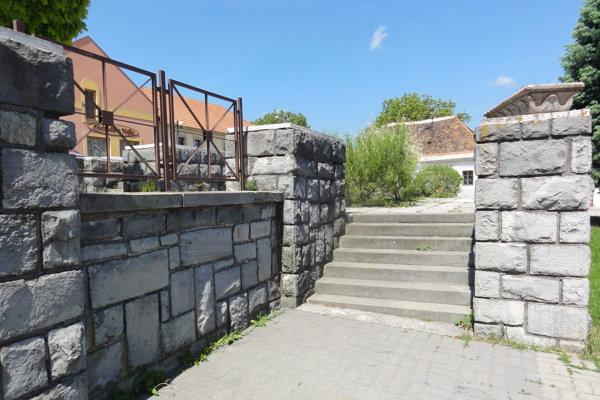 Kamenná tribúna stojí na krupinskom Malom rínku.