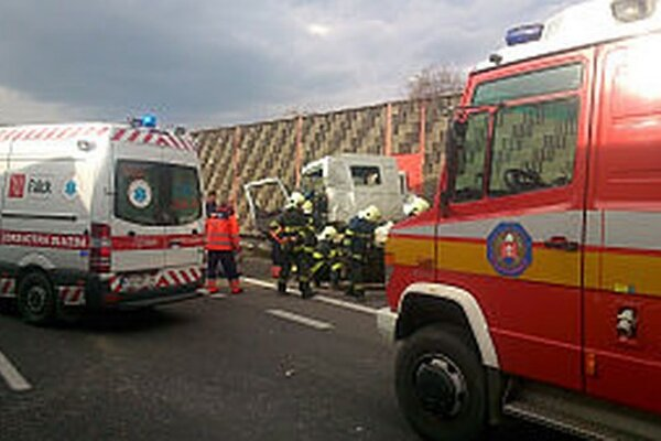 Nehoda bola na diaľnici neďaleko Beluše.