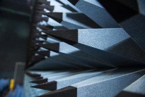 Komora je zvnútra pokrytá elektromagnetickými absorbérmi vyrobenými z peny. Pripomínajú dlhé špicaté pyramídy.