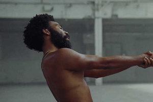 Donald Glover vo videoklipe k pesničke This is America.