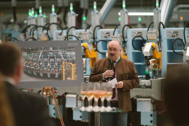 Generálny riaditeľ Ecco Martin Peter Roysky pri krste nového robotizovaného pracoviska.