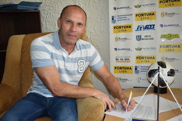 Tréner Anton Šoltis pri podpise novej zmluvy.