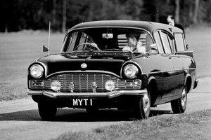 Kráľovná s deťmi vo Vauxhalle Cresta v 60. rokoch.