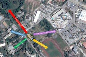 Lokalita stavby. Žltá šípka smeruje k atletickému štadiónu, červená k brezovému háju, fialová k obchodnému centru Max a tyrkysová k materskej škole.