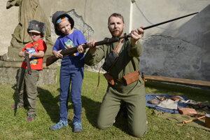 Snímka z prezentácie členov Klubu vojenskej histórie Dukla z Prešova.