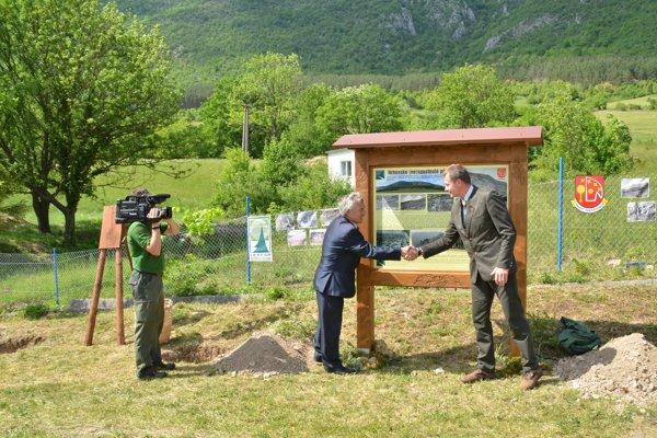 Starosta Hrhova L. Tankó agenerálny riaditeľov Lesov SR Marian Staník pri odhalení informačnej tabule.