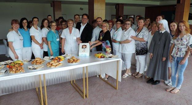 Oslávili Medzinárodný deň sestier.Sestry ztopoľčianskej nemocnica dostali hudobný dar od študentov súkromného konzervatória Dezidera Kardoša vTopoľčanoch. Vedenie nemocnice okrem vyslovenej vďaky zabezpečilo sladké prekvapenie.