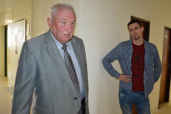 Andrej Adam (vľavo), právny zástupca Radoslava Mikulu (vpravo), na súde po pojednávaní.