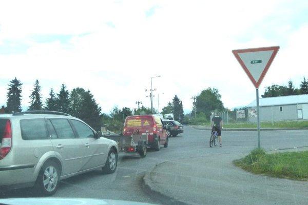 Najmä v čase dopravných špičiek je na tejto križovatke poriadne rušno. Chodcom a cyklistom navyše chýba priechod.