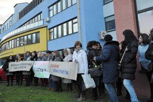 Zdravotné sestry pred Fakultnou nemocnicou v Trnave.