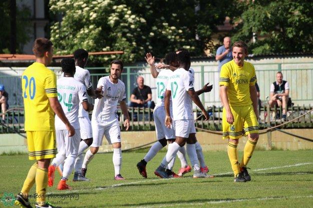Takto sa radovala štvorica legionárov FKM čiernej pleti so svojimi spoluhráčmi z gólu v zápase proti Lednickým Rovniam.
