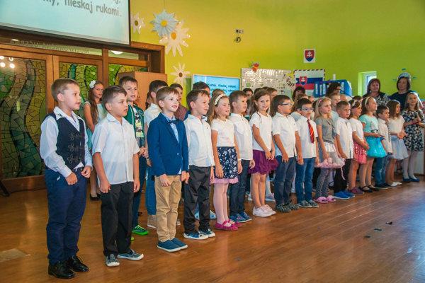 Žiaci pri slávnostnom otvorení. ZŠ v Kechneci má byť súčasťou veľkého vzdelávacieho komplexu.
