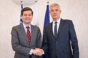 Námestník Ministerstva zahraničných vecí Spojených štátov amerických (MZV USA) pre európske a euroázijské záležitosti Wess Mitchell (vľavo) a štátny tajomník Ministerstva zahraničných vecí a európskych záležitostí (MZVaEZ) SR Ivan Korčok.