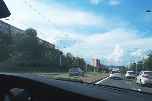 Vodičovi BMW zrejme bezohľadná jazda blízko magistrátu bez pokuty neprejde.
