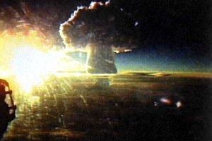 30. októbra 1961 Sovieti otestovali Car-bombu, doteraz najsilnejšiu zbraň, ktorú kedy kto odpálil. Záber vznikol z lietadla TU-95. Car-bomba mala 50 megaton.