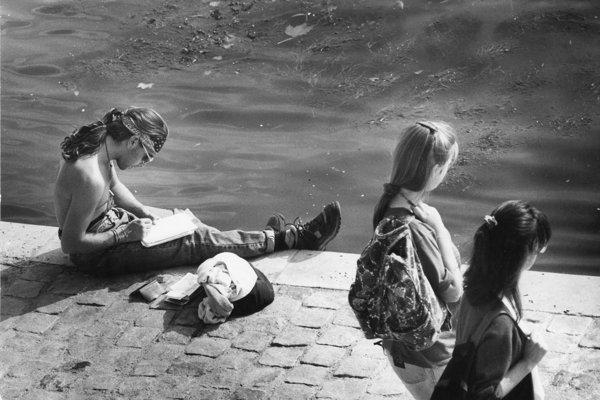 Mladí romantici spoznávajú začiatkom 90. rokov svet.