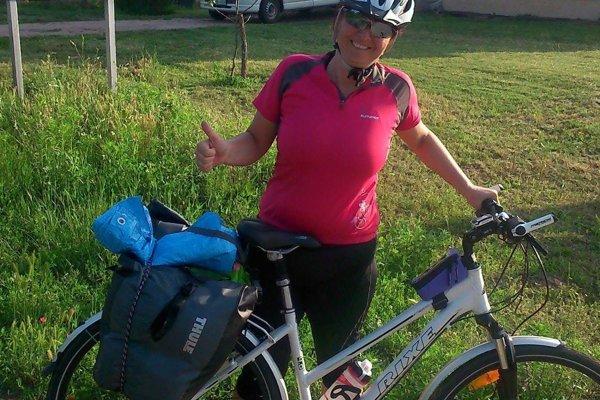 Gréta Zozuľáková s bicyklom. Za dolapenie páchateľa vypísala odmenu.