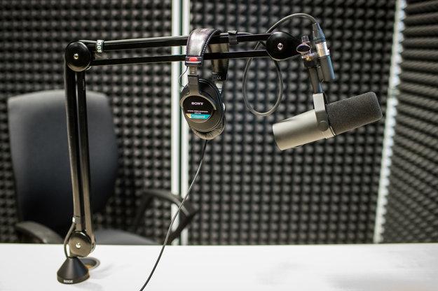 Štúdiový mikrofón v audio štúdiu denníka SME.