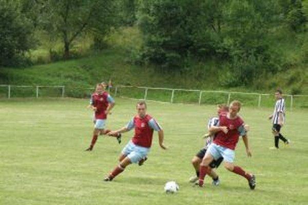 Jaseničania (v červenom) dali oosem gólov.