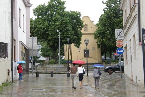 Písmeno má byť v hornej časti Kupeckej, v blízkosti dopravnej značky.