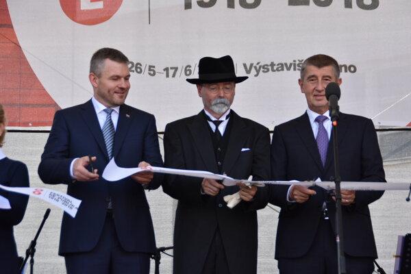 Český premiér v demisii Andrej Babiš (vpravo) a premiér Peter Pellegrini (vľavo) počas slávnostného otvorenia multižánrového festivalu Re: publika.