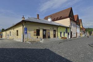 a snímke vľavo budova hostinca na Stöcklovej ulici v Bardejove.