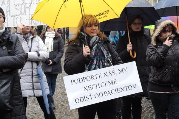 Na dnešné protestné zhromaždene v Trenčíne prišlo asi 70 ľudí.