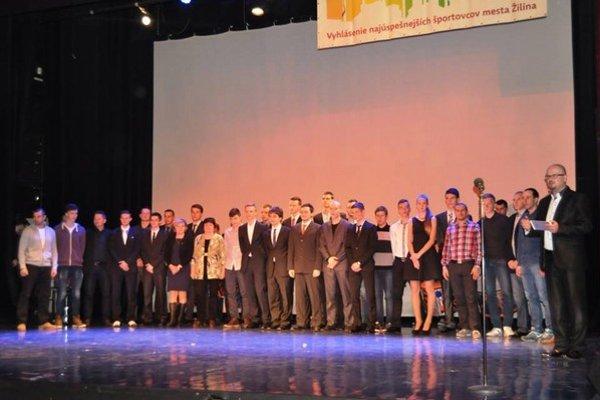Ocenení športovci na jednom pódiu.