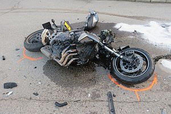 Nehoda motocykla. Spolujazdkyňa bola zranená ťažko.