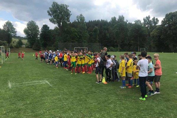 Nástup družstiev na turnaji počas soboty.