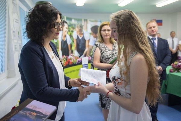 Ministerka školstva Martina Lubyová odovzdáva žiakom maturitné vysvedčenia.
