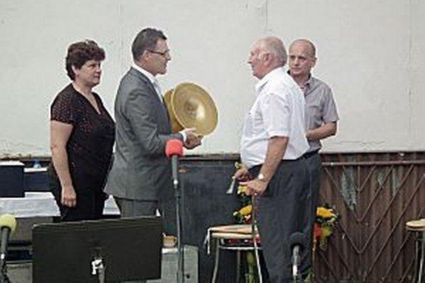 Ocenenie z rúk Ľubomíra Pechu ho prevzal súčasný kapelník Emil Bárka.