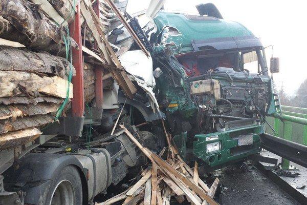 Kamión s drevom spôsobil v Žiline dopravný kolaps.